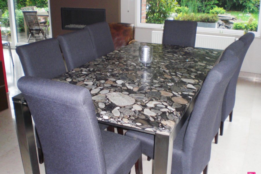 Table en Granit noir Marinacé, finition polie Pieds en Inox